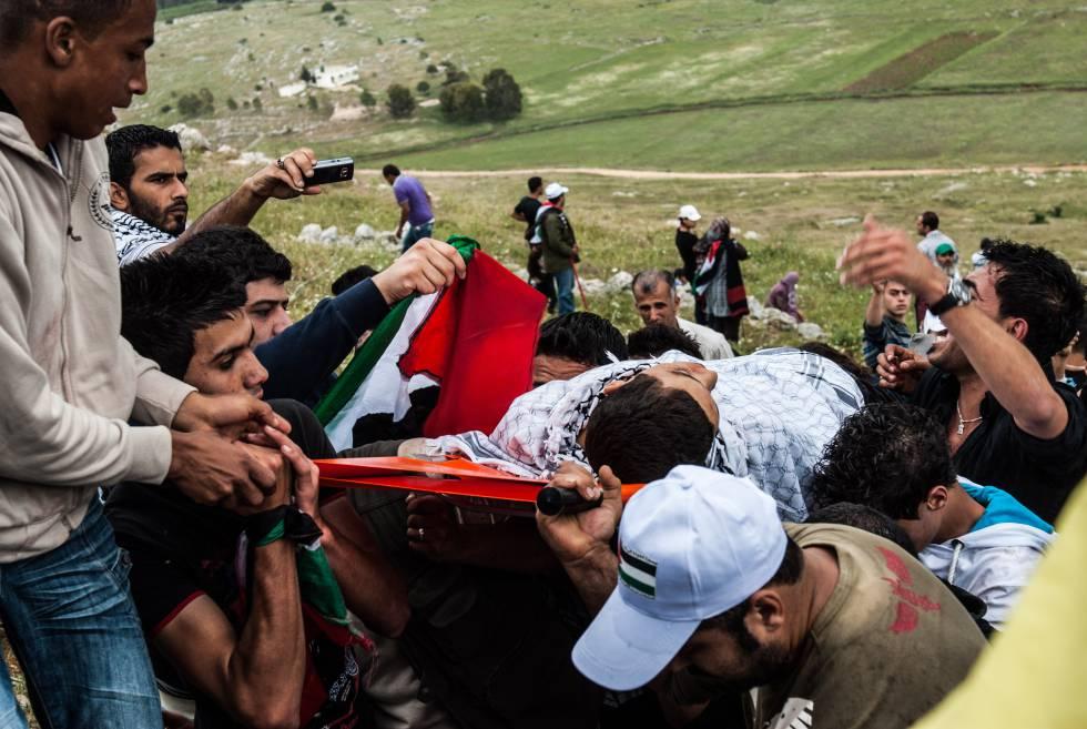 El cuerpo sin vida de Imad Abu Saqra, de 17 años, es trasladado por sus compañeros tras ser disparado por el Ejército israelí al sur del Líbano, en mayo de 2011.