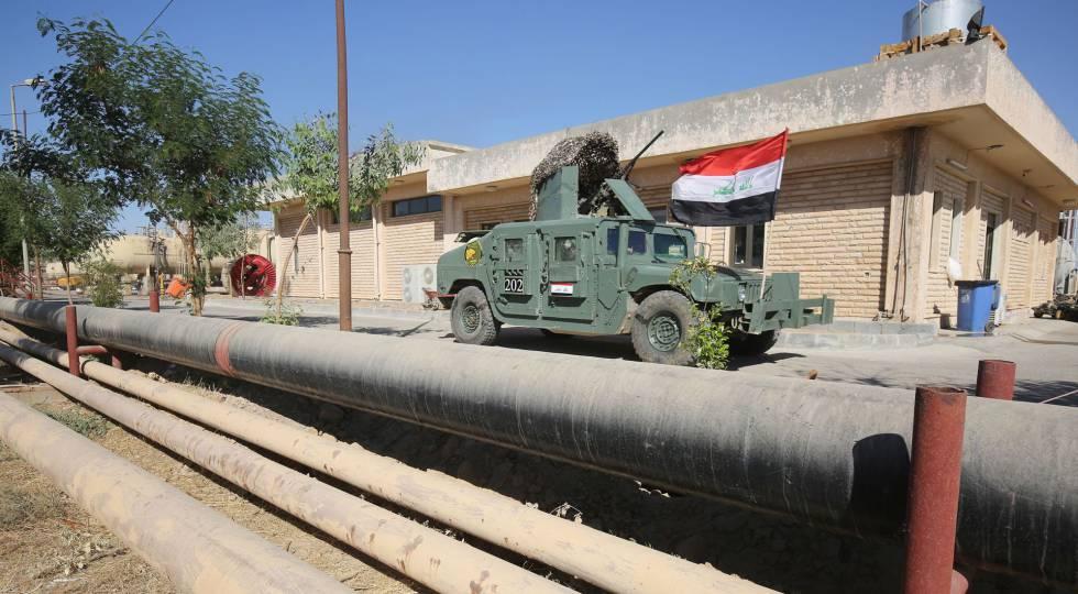 Tropas iraquíes en el campo petrolífero de Bai Hasan, este martes.