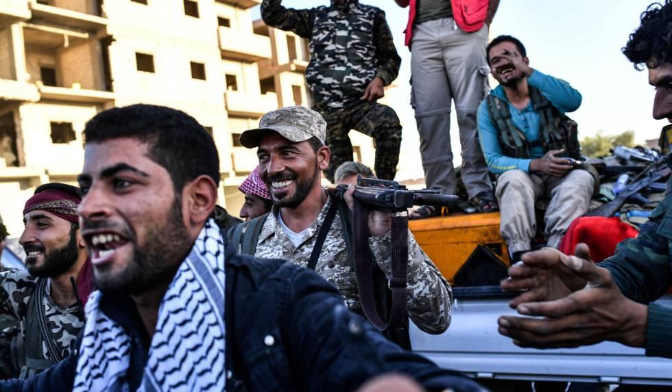Miembros de las Fuerzas Democráticas Sirias celebran la reconquista de la ciudad siria de Raqa, arrebatada al Estado Islámico este martes.