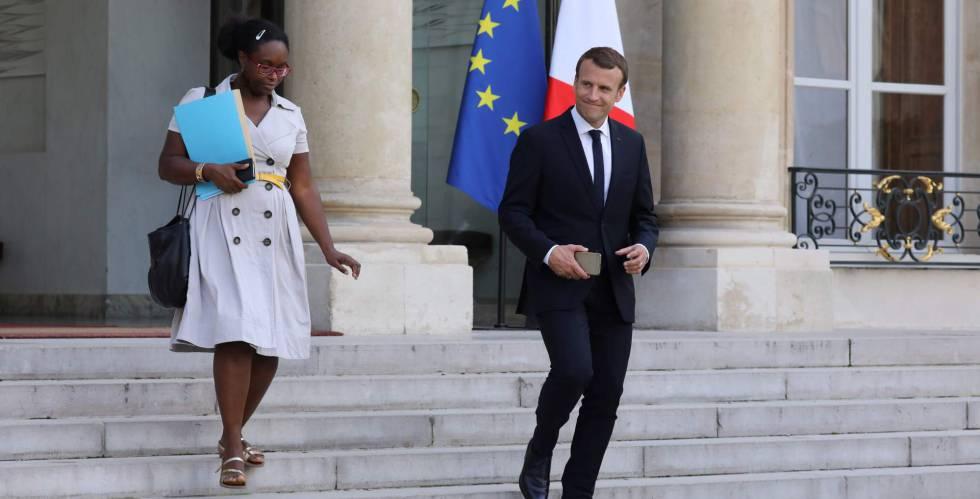 Macron sale del Elíseo con una de sus asesoras, Sibeth Ndiaye.