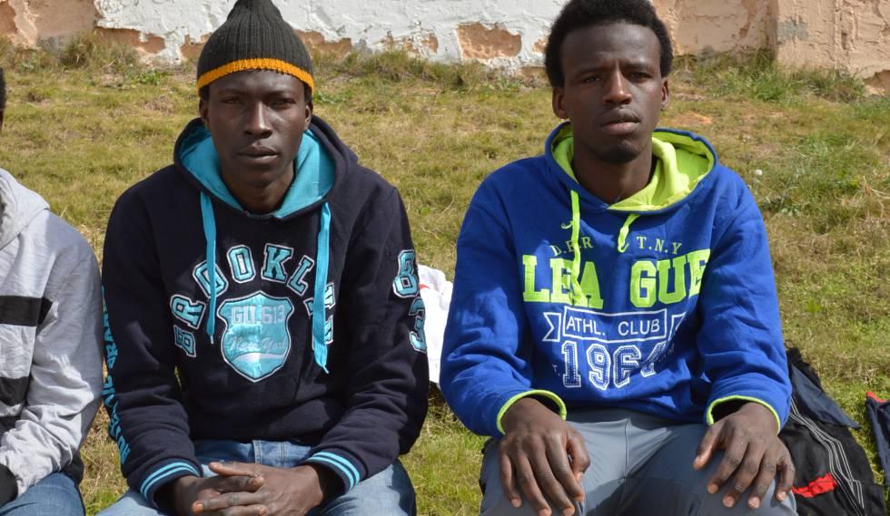 Alí y su hermano en el centro de Bou Slim (Trípoli, Libia).
