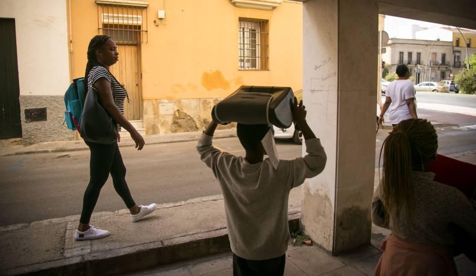 Patricia camina por Jerez de la Frontera con sus hijos con quienes cruzó el Estrecho en agosto.