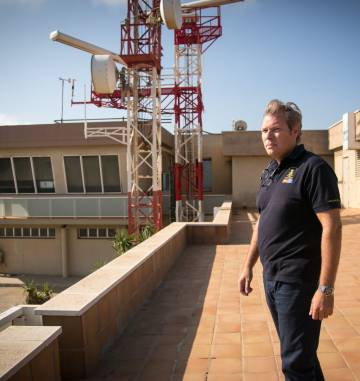 José Cristóbal Maraver en el Centro de Coordinación de Salvamento Marítimo de Tarifa (Cádiz).  JUAN CARLOS TORO