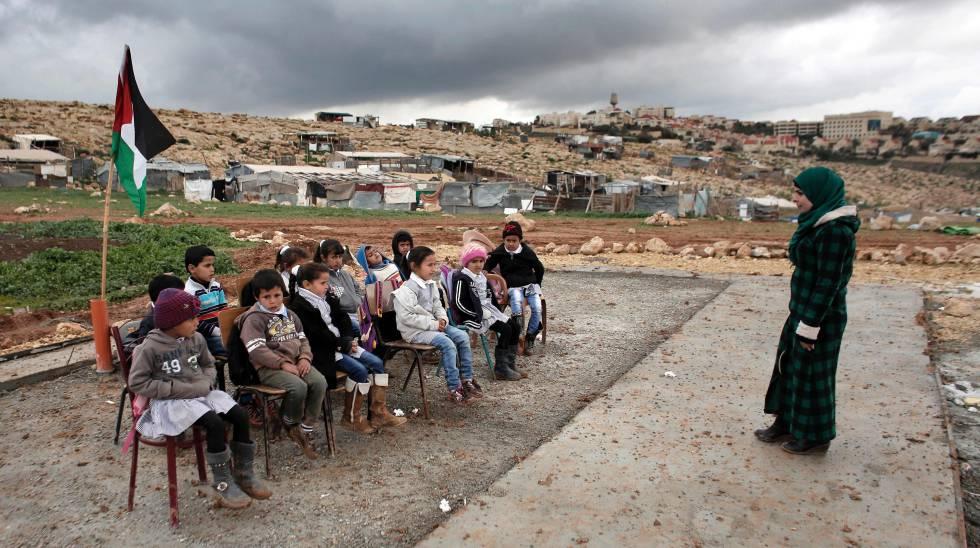 Clase al aire libre en el poblado beduino de Abu Anwar, junto a Jerusalén, en febrero de 2016.