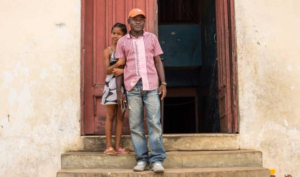 Jospeh Duo, ex niño soldado en Liberia, junto a su hija.