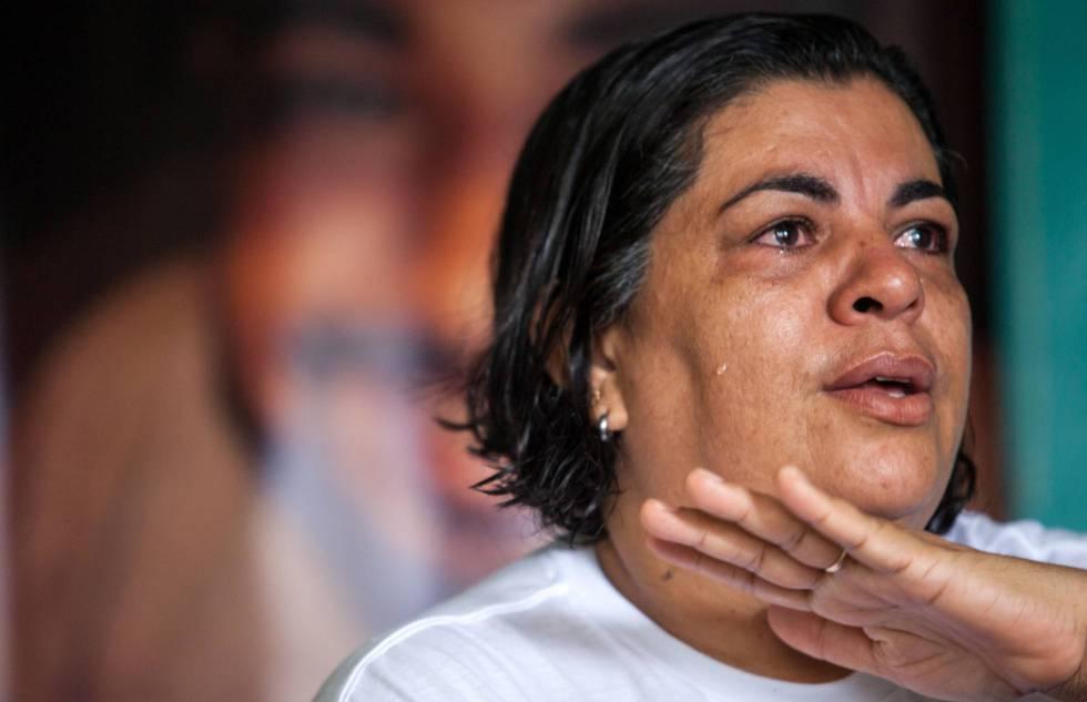 Málaque Mauad Soberay, durante una entrevista en su casa, en Altamira. Al fondo, un panel con la foto de su hijo asesinado.