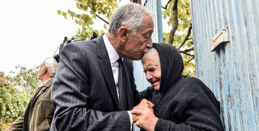 El presidente luso, Marcelo Rebelo de Sousa, consuela a una anciana de Vouzela, víctima de los incendios.