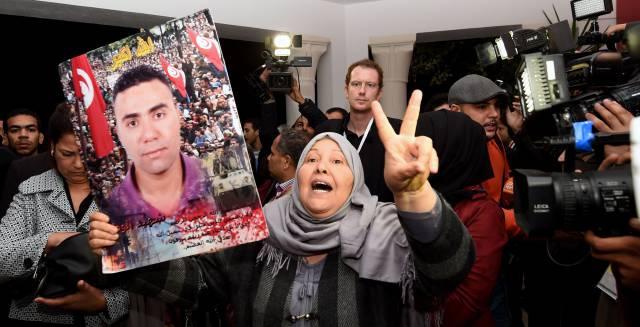 Una tunecina exhibe la foto de su hijo, en la IVD, en Túnez, a finales de 2016.