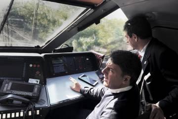 Matteo Renzi charla con el maquinisa del tren en el que viaja por toda Italia.