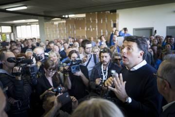 Matteo Renzi, en una fábrica de de calzado en Montegranaro hablando con los empleados.