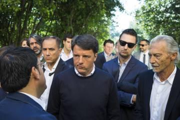 Matteo Renzi charla con el alcalde de Recanati y con el nieto del poeta Giacomo Leopardi, Vanni Leopardi.