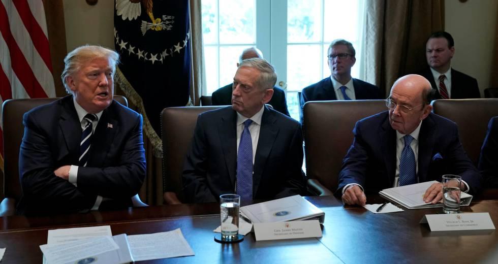 Trump, junto a su jefe de Gabinete, James Mattis, y su secretario de Comercio, Wilbur Ross.