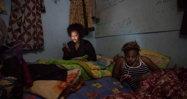 Nicole y Stella, a veces hacen de peluqueras o cocinan para los otros residentes de Guantánamo, un edificio así apodado por los migrantes que lo ocupan a las afueras de Argel.