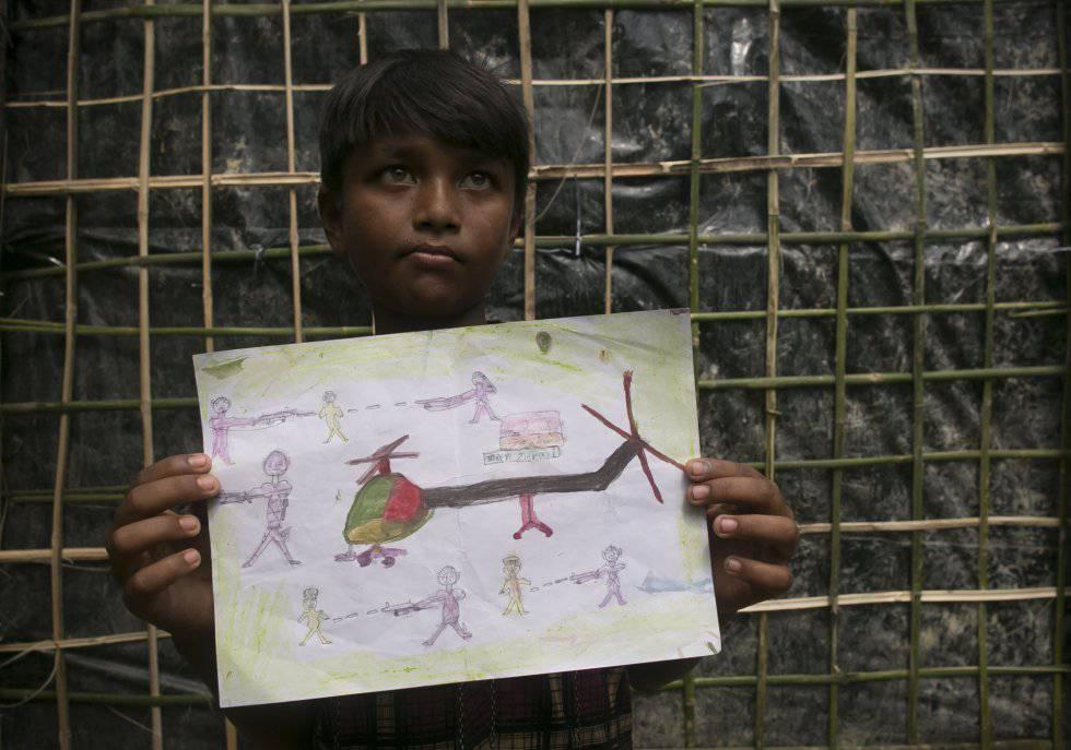 Manzur Ali muestra uno de sus dibujos en un espacio creado por UNICEF y CODEC para los niños refugiados rohingya en Bangladés. En este dibujo representa un helicóptero militar atacando a sus vecinos.
