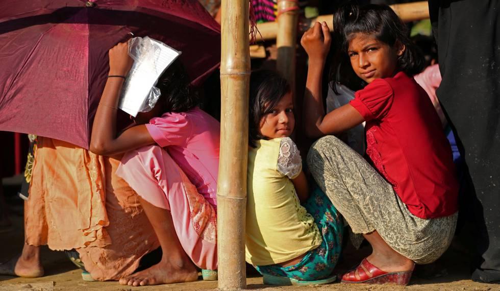 Refugiados rohingya hacen fila para recibir ayuda humanitario en el campo de refugiados de Balukhali, cerca de Cox's Bazar, Bangladés