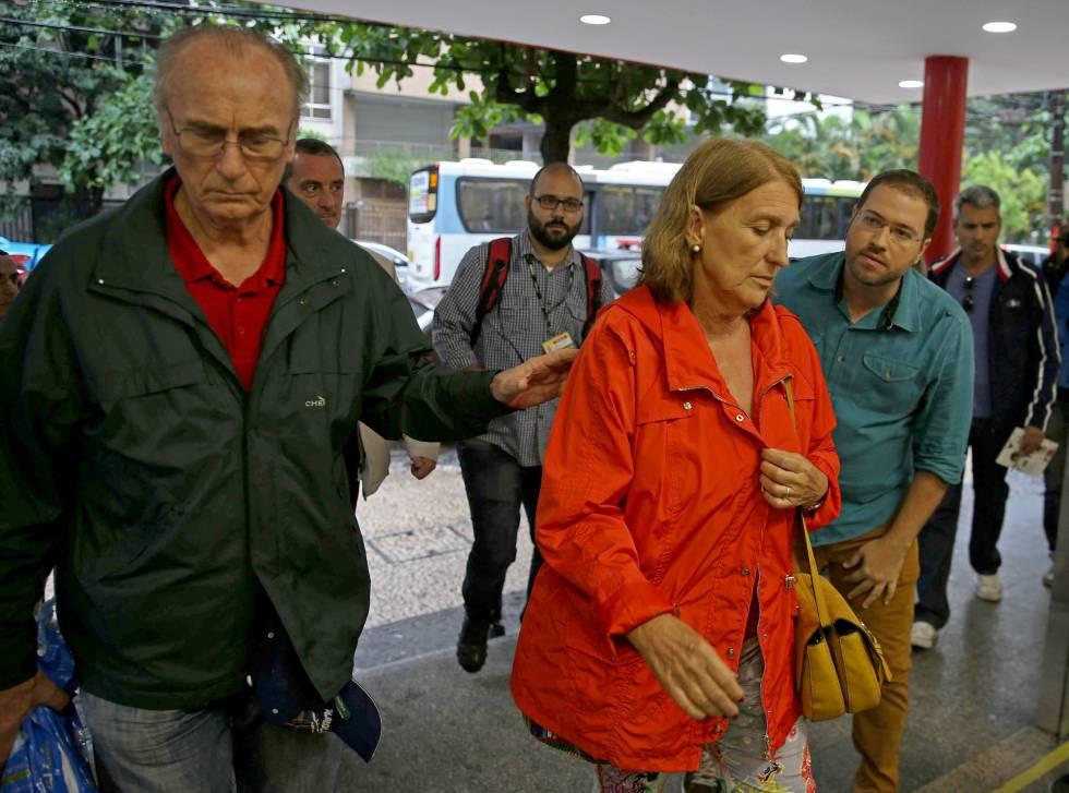 El hermano y la cuñada de la turista española María Esperanza Jiménez Ruiz, de 67 años, llegan al hospital Miguel Couto en Río de Janeiro (Brasil).