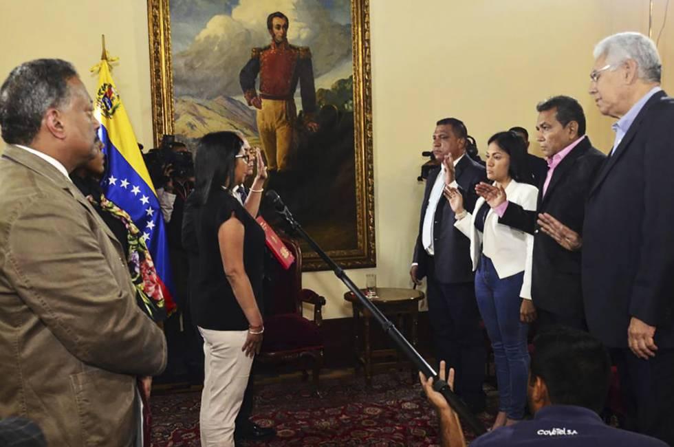 Cuatro gobernadores opositores electos juran la Constituyente.