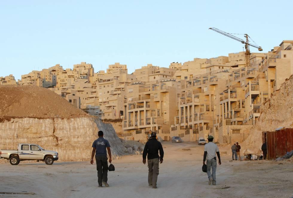 Trabajadores palestinos llegan al trabajo en un asentamiento israelí cerca de Jerusalén.