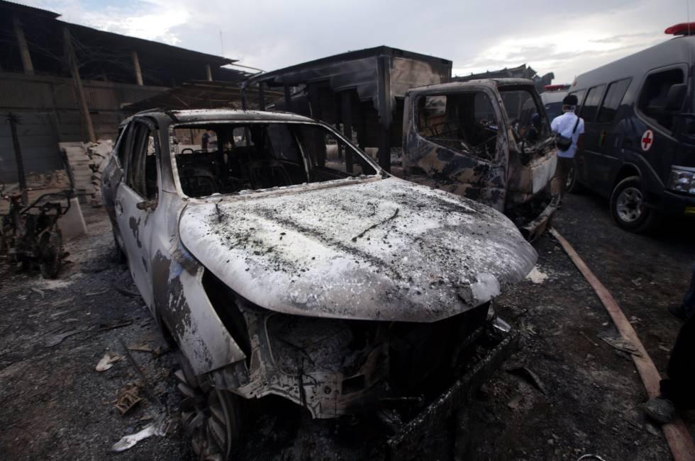 Al menos 47 muertos y decenas de heridos en el incendio de una fábrica de fuegos artificiales en la ciudad indonesia de Tangerang, a 25 kilómetros al oeste de la capital de Yakarta, Indonesia, jueves 26 de octubre.