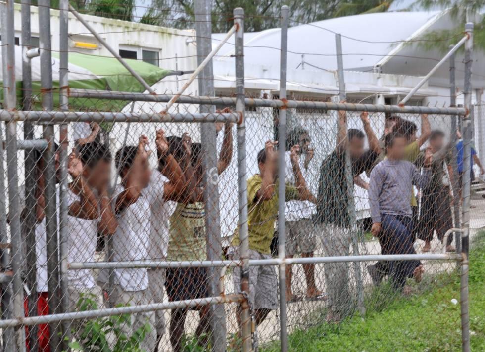 Migrantes en el centro de detención de Australia en Manus en 2014.