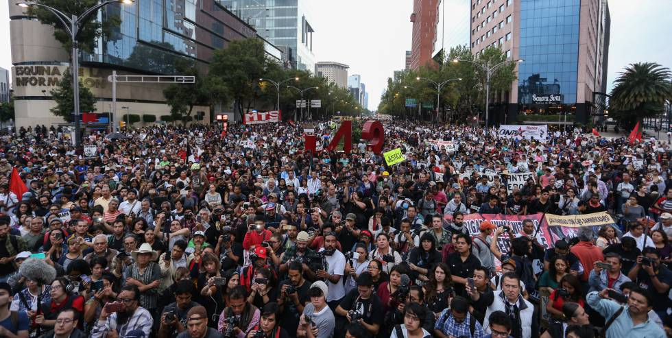 Marcha por los 43 estudiantes desaparecidos de Ayotzinapa, en Ciudad de México.