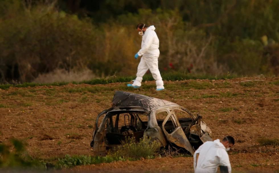 Investigadores forenses junto al coche calcinado de Caruana Galicia, el 16 de octubre en Bidnija, Malta.