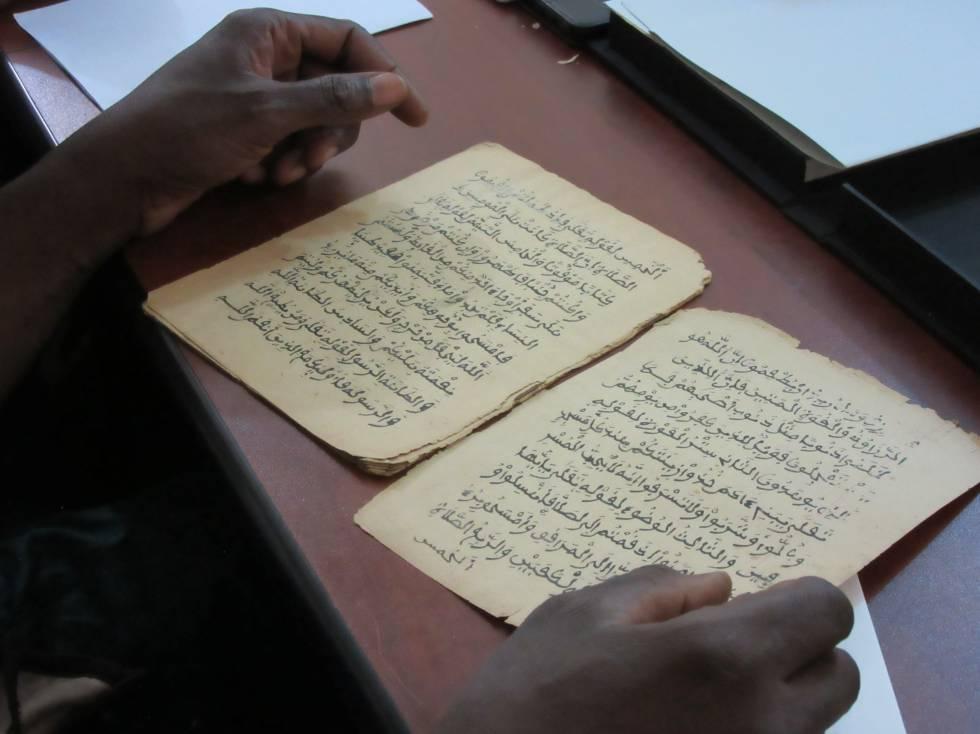Gente leyendo algunos de los 377.000 manuscritos que se están restaurando y digitalizando, en Bamako (Malí).