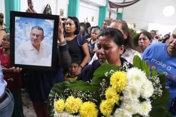 Funeral del padre Luis López en su parroquia del Edomex