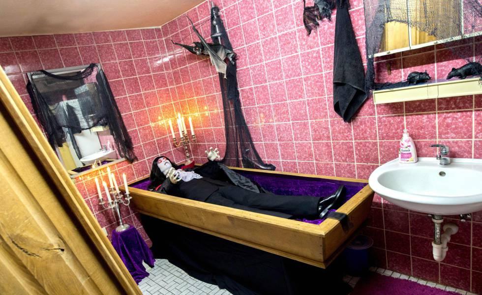 El baño de una casa en Isernhagen, Alemania, decorada por Halloween.