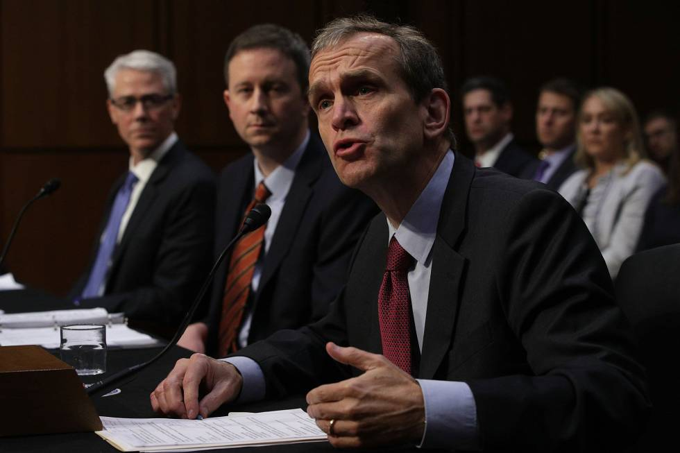 El vicepresidente y representante legal de Facebook, Colin Stretch; el de  Twitter Sean Edgett, y el Google, Kent Walker, en su comparecencia ante el Comité de Inteligencia del Senado.