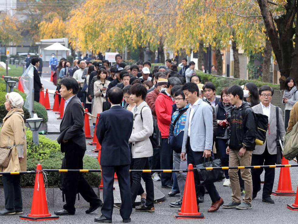 Centenares de personas hacen cola para asistir al juicio de la Viuda Negra.