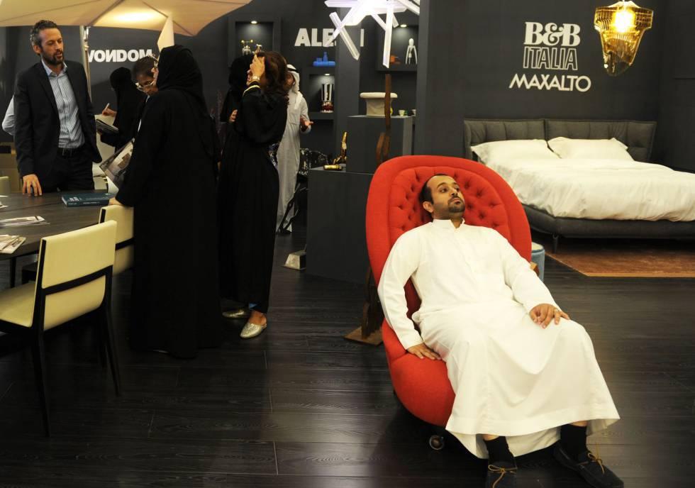 Saudíes en una feria de diseño, en la ciudad de Jedda