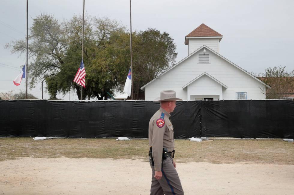 Un policía ante la iglesia de Sutherland Springs.