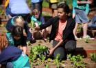 Michelle Obama, en marzo de 2012 plantando hortalizas con un grupo de niños en el huerto de la Casa Blanca.