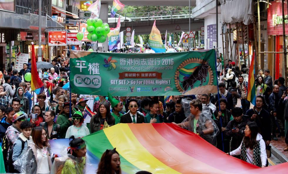 Decenas de personas participan en una manifestación del Orgullo gay en Hong Kong, el 26 de noviembre de 2016.