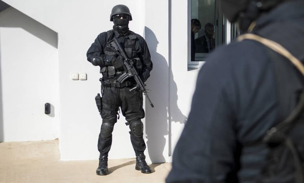 Agentes antiterroristas custodian el edificio de la Policía Judicial en Rabat en enero.