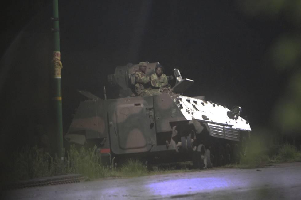 Dos soldados sentados en un tanque en Harare, este miércoles.