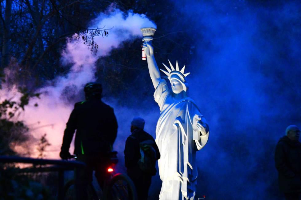 Réplica de la estatua de la libertad emitiendo humo instalada en el parque Rheineaue como reivindicación ante la cumbre de Bonn