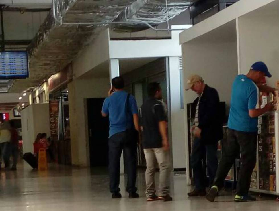 La primera imagen de Antonio Ledezma en Colombia fue difundida por lapatilla.com. El exalcalde de Caracas se ve en el aeropuerto de Cúcuta, antes de abordar un vuelo privado.