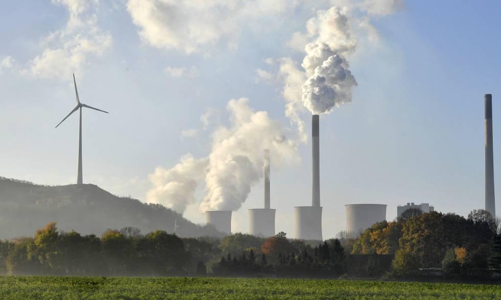 Una planta de carbón en Bonn junto a un generador eólico.