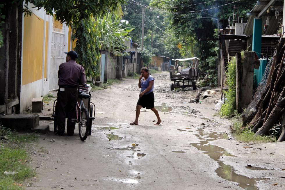 Dos vecinos del barrio de Chamelecón, en San Pedro Sula.