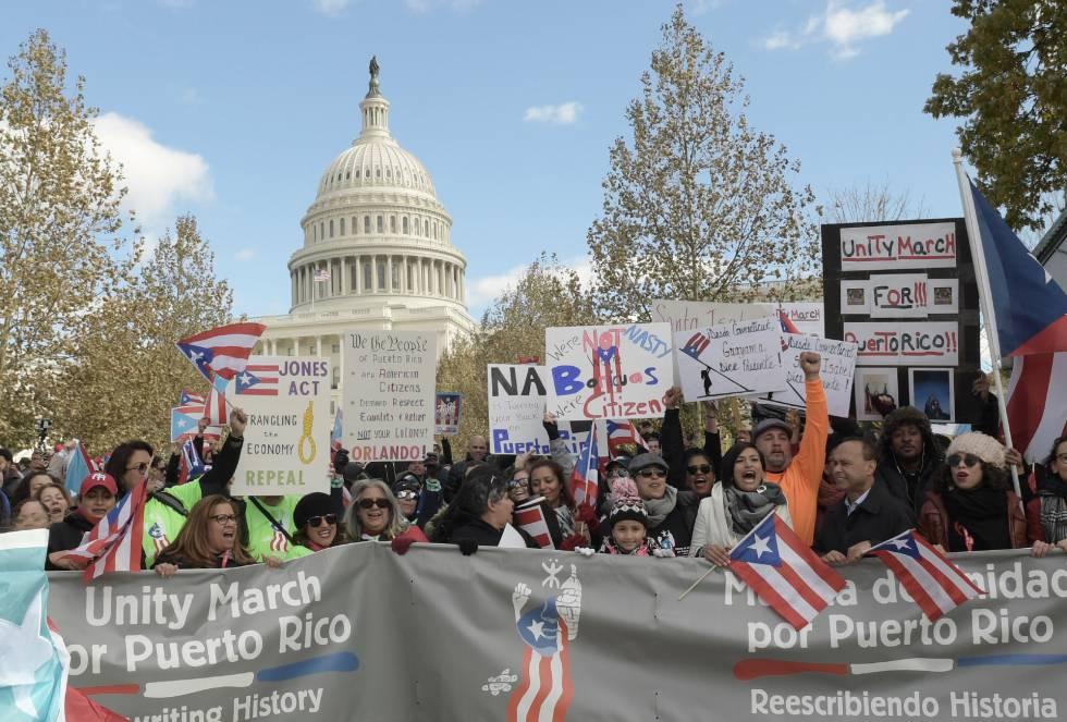 Manifestantes piden ayuda para Puerto Rico, frente a la Casa Blanca.
