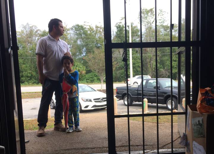 Jesús Caldera y su hijo Rohan en un centro de ayuda a emigrantes puertorriqueños en Orlando.