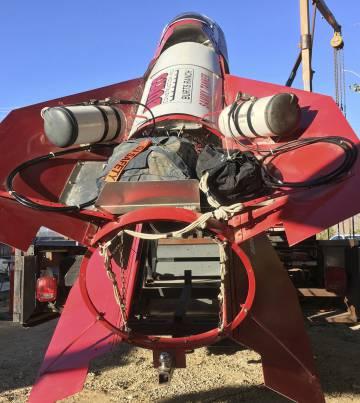 El cohete casero que construyó Mike Hughes, en su casa de California.