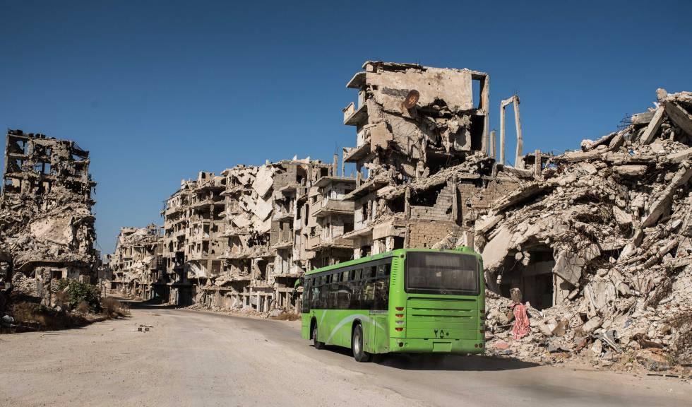 Um ônibus público que atende às famílias que retornaram para o bairro de Khaldie, em Homs.