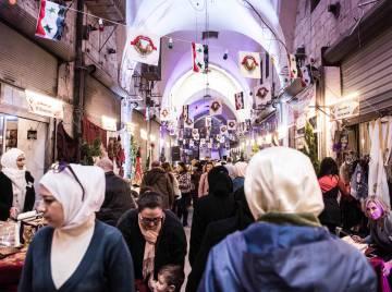 Nesta semana, vários comerciantes do bazar de Aleppo reabriram suas lojas, e o corredor está repleto de clientes.