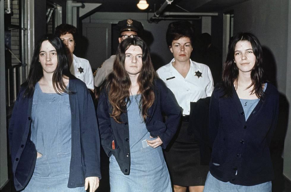 De izquierda a derecha, Susan Atkins, Patricia Krenwinkel y Leslie Van Houten, durante el juicio por asesinato en marzo de 1971.
