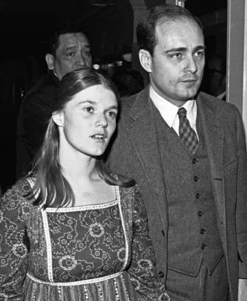Linda Kasabian, el principal testigo contra la Familia Manson, llega al juicio acompañada del fiscal, en febrero de 1971.