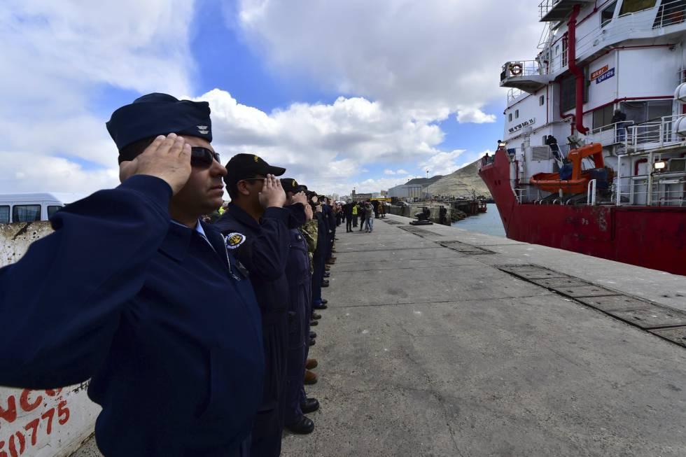 Marinos argentinos y estadounidenses despiden en Comodoro Rivadavia al buque noruego Sophie Siem, portador de la nave de rescate aportada por EEUU.