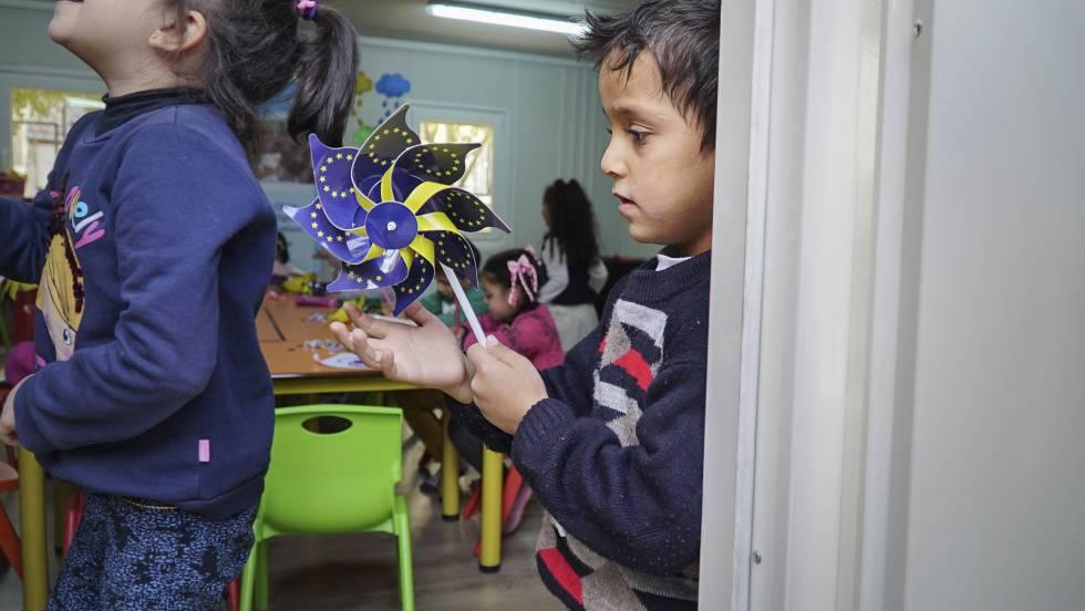 Husein, de 4 años, perdió a sus padres en la guerra de Siria. Ahora asiste a un curso preescolar en la ciudad turca de Kilis.